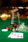 Feche acima das microplaquetas, dos cartões uísque e do charuto na tabela Imagens de Stock Royalty Free