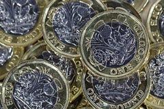 Feche acima das moedas de uma libra - moeda britânica Fotografia de Stock