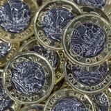 Feche acima das moedas de uma libra - moeda britânica Foto de Stock