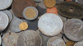 Feche acima das moedas dos países diferentes do mundo, velho, de prata, do ouro, das moedas de níquel e do dólar de prata Foto de Stock Royalty Free