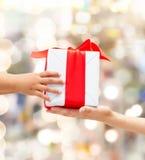 Feche acima das mãos da criança e da mãe com caixa de presente Fotografia de Stock Royalty Free