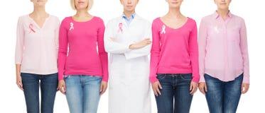 Feche acima das mulheres com as fitas da conscientização do câncer Imagem de Stock Royalty Free