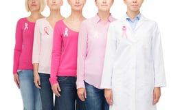 Feche acima das mulheres com as fitas da conscientização do câncer Fotos de Stock
