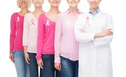 Feche acima das mulheres com as fitas da conscientização do câncer Imagens de Stock Royalty Free