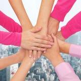 Feche acima das mulheres com mãos na parte superior Fotografia de Stock