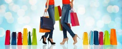 Feche acima das mulheres com sacos de compras fotografia de stock royalty free