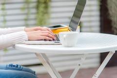 Feche acima das mulheres da mão que trabalham no teclado O espaço de trabalho que relaxa refrigera para fora o trabalho para o es fotografia de stock royalty free