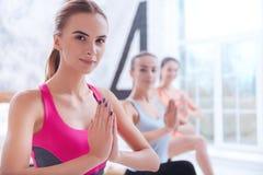 Feche acima das mulheres jovens que fazem a ioga imagem de stock royalty free