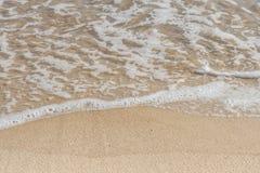Feche acima das ondinhas do oceano na praia Imagens de Stock Royalty Free