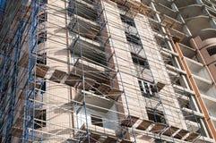Feche acima das paredes de uma casa sob a construção imagens de stock