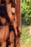 Feche acima das pilhas da madeira Corte logs para o inverno em um jardim foto de stock royalty free