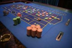Feche acima das pilhas das microplaquetas na tabela da roleta Imagem de Stock