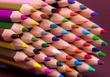 Feche acima das pontas coloridas do lápis imagens de stock