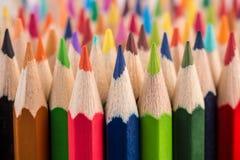 Feche acima das pontas do lápis da pilha do lápis da cor Fotos de Stock
