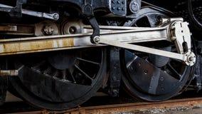 Feche acima das rodas na locomotiva posta córrego Imagens de Stock Royalty Free