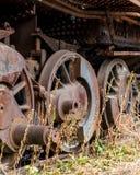 Feche acima das rodas na locomotiva posta córrego abandonada Foto de Stock Royalty Free