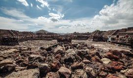 Feche acima das ruínas no vale perto do piramyd do Sun teotihuacan Cidade do México Fotos de Stock Royalty Free