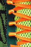 Feche acima das sapatas coloridas dos laços Fotografia de Stock