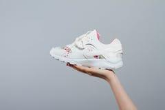 Feche acima das sapatilhas brancas disponível Imagens de Stock