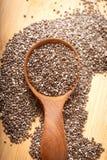 Feche acima das sementes de Chia na colher, no superfood e em ricos de madeira do nutr imagem de stock royalty free