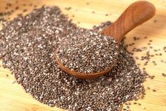 Feche acima das sementes de um Chia na colher, no superfood e em ricos de madeira do NU imagens de stock