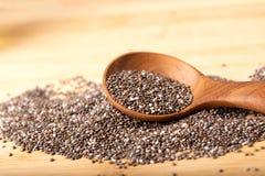 Feche acima das sementes de um Chia na colher, no superfood e em ricos de madeira do NU fotos de stock