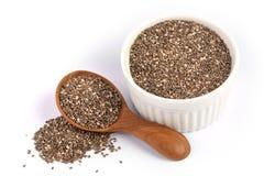 Feche acima das sementes de um Chia na colher, no superfood e em ricos de madeira do NU fotos de stock royalty free