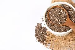 Feche acima das sementes de um Chia na colher, no superfood e em ricos de madeira do NU foto de stock royalty free