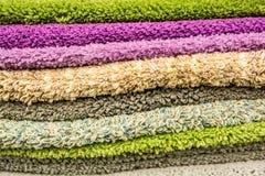 Feche acima das toalhas coloridas no supermercado Foto de Stock