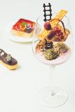 Feche acima das trufas de chocolate em vidros elegantes Foto de Stock