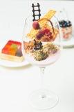 Feche acima das trufas de chocolate em vidros elegantes Fotos de Stock Royalty Free