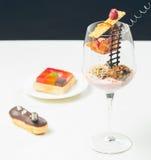 Feche acima das trufas de chocolate em vidros elegantes Fotografia de Stock