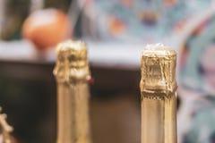 Feche acima de algumas garrafas do champanhe em seguido w imagem de stock royalty free