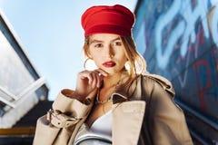 Feche acima de apelar o modelo da foto que veste acessórios à moda imagem de stock