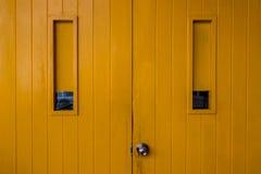 Feche acima de balançar portas de madeira fotografia de stock royalty free