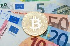 Feche acima de Bitcoin de prata no euro- fundo da moeda Conceptu Imagem de Stock Royalty Free