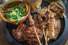 Feche acima de carne grelhada misturada da carne, carne de porco, aves domésticas com grelhado fotografia de stock