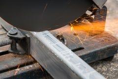 Feche acima de cortar um metal e um aço quadrados fotos de stock