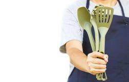 Feche acima de cozinhar ferramentas na mão do homem asiático imagem de stock royalty free