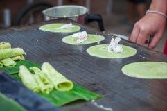 Feche acima de cozinhar o sweetmeat tailandês da bandeja feito da farinha, do leite de coco e do ovo verdes, grama de Muan da tan foto de stock
