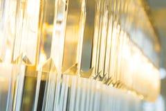 Feche acima de Crystal Chandelier luxuoso bonito fotografia de stock royalty free