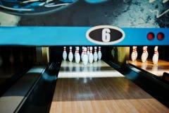 Feche acima de dez pinos no clube do boliches Fotografia de Stock Royalty Free