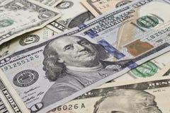 Feche acima de diversas notas de dólar alinhadas caoticamente Imagem de Stock