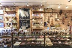 Feche acima de diversos doces do chocolate em uma loja de Bruges Foto de Stock