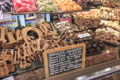 Feche acima de diversos doces do chocolate em uma loja de Bruges Imagens de Stock