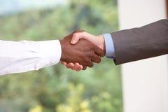 Feche acima de dois homens de negócios que agitam as mãos Fotos de Stock Royalty Free