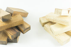 Feche acima de duas pilhas de blocos de madeira de madeira e brancos pretos no backgroud branco Foto de Stock