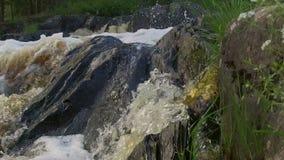 Feche acima de espirrar a água no movimento lento filme