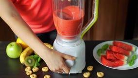 Feche acima de fazer o batido de fruta na cozinha video estoque