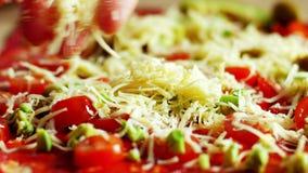 Feche acima de fazer a pizza na cozinha home para o passatempo filme